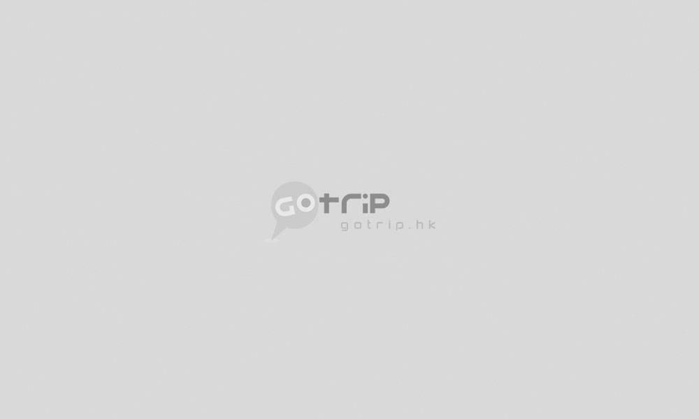 浴室也用上藍綠色,備有超大浴缸。