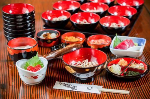 岩手縣獨有的「一口蕎麥麵」,客人一吃完就馬上添上新的蕎麥麵,稱作「御手鉢」,是款待客人的禮貌。