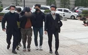 據警方了解,「趙主賓」(音,조주빈),是在2018年畢業之後開始犯罪,一開始先在通訊程式Telegram上以出售「手槍、毒品」的虛假廣告、騙取金錢。(圖片來源:韓國SBS電視節目截圖)