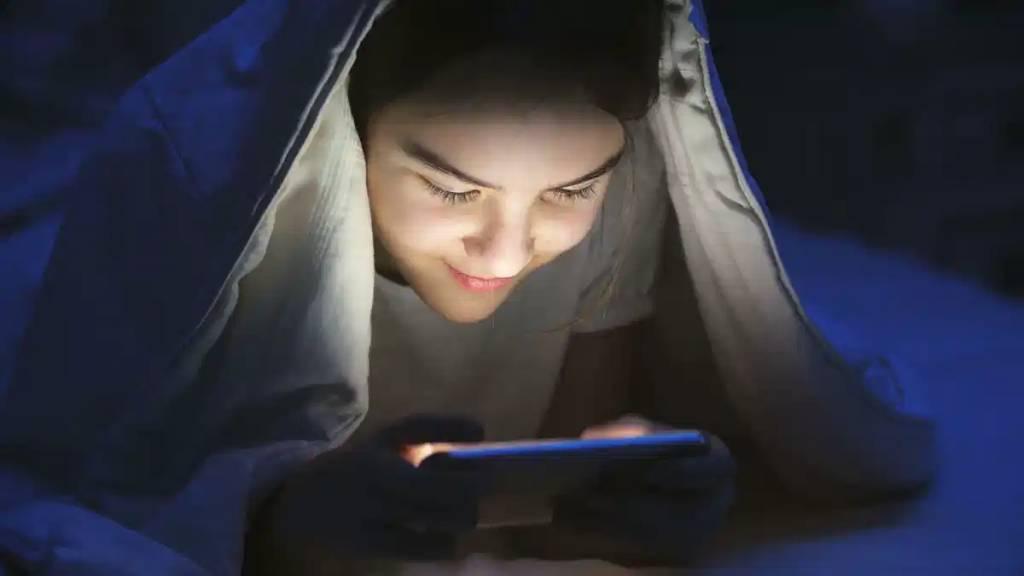 【猛鬼酒店實錄】明明手機運作正常,在深夜時分卻開始不斷閃爍,並發出截圖聲音。(圖片來源:Unsplash)
