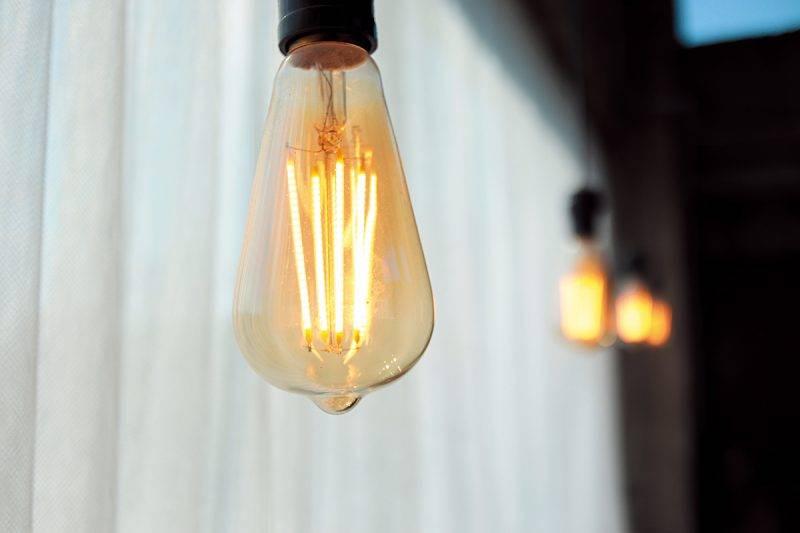 以工業風的鎢絲 燈配襯水泥樓 房,風格一致。