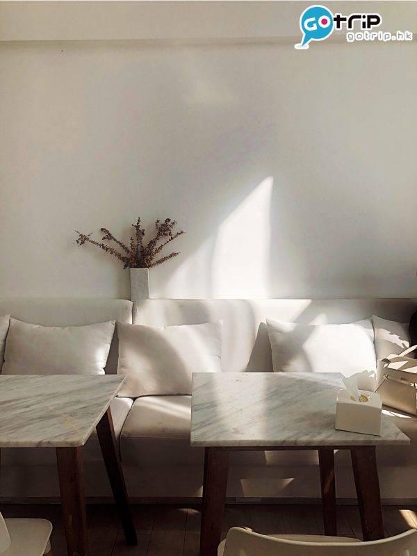 白色雲石枱、梳化與白牆,構成超好打 卡的場景。