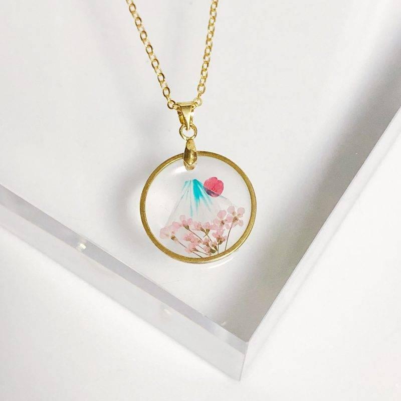 香港Reverie Jewellery用乾花製作出櫻花富士山,除了頸鍊,還有多款手鈪,少女心爆發。售價:HK8
