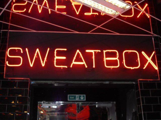 有人在影片下面留言指倫敦SWEATBOX有桑拿房,但至招待男人。(圖片來源:Pinterest)