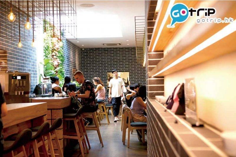 店舖中央採透光設計,令整體變得明亮光猛,再配上綠色植物牆,非常舒適。