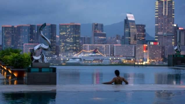 其中一個地標是室外無邊際泳池日,景色好迷人(圖片來源:香港四季酒店)