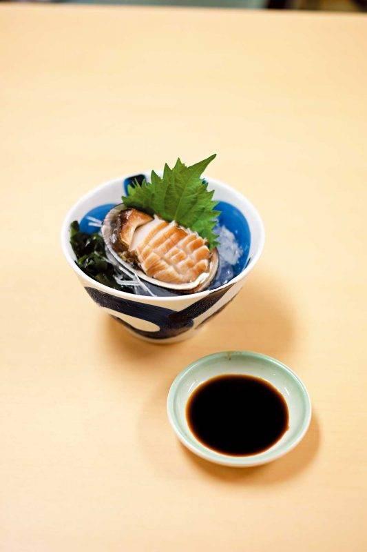 爽脆的鮑魚刺身 入口帶海水鹹 香,愈嚼愈滋味。