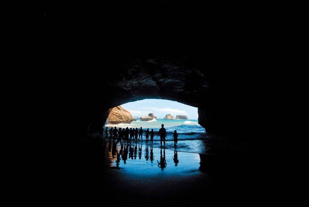 潮退時「 千座の岩屋 」這個海蝕洞穴內,傳說空間大到 可以坐到近千人,遊客都愛拍攝穴壁縫間的海天一 色,在 IG 看到有高手更影到好似海邊版的羚羊峽谷。