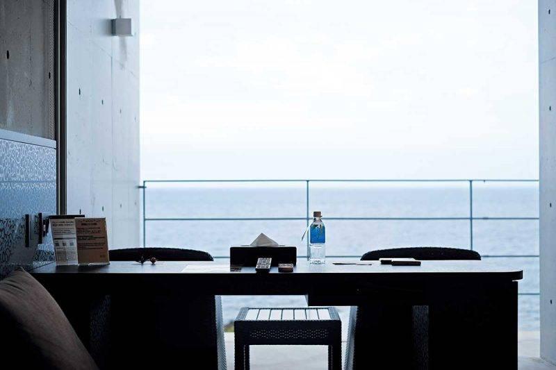 清水模的簡約設計不會喧賓奪主,讓人聚焦於那片蔚藍無邊的絕美海景。