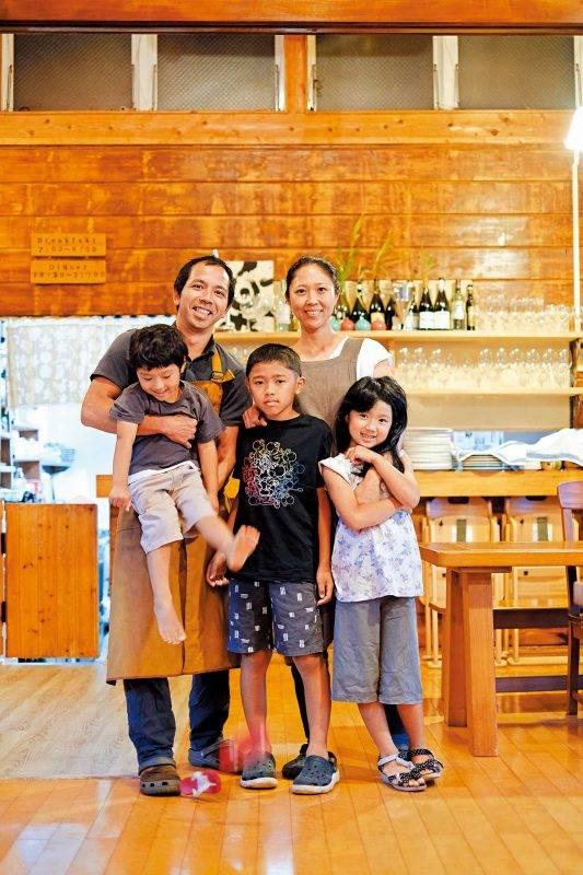 老闆根路銘安毅及根路 銘侑子夫婦為了有更多 時間陪伴子女,決定從 東京移居到民風純樸的 屋久島。