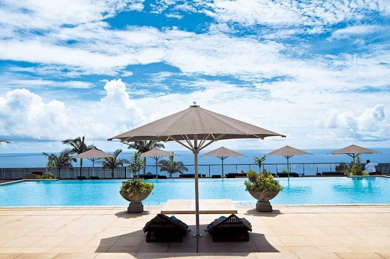 泳池引用當地的天然地下水,面向無 敵海天一色的海景,浪漫氣氛吸引不 少新婚夫婦來度蜜月。