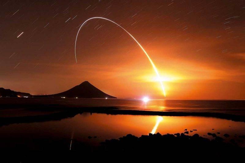 今年在種子島5月發射的「 H2B 」火箭9號機,執行退役前最 後一次國際太空站的補給任務,在夜空中劃出的光軌令人聯 想起電影《 你的名字 》中的畫面。