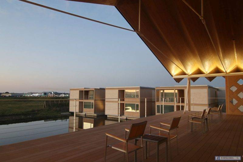 圖書館可通向室外座位,買杯咖啡坐在這裡欣賞稻田美景吧。