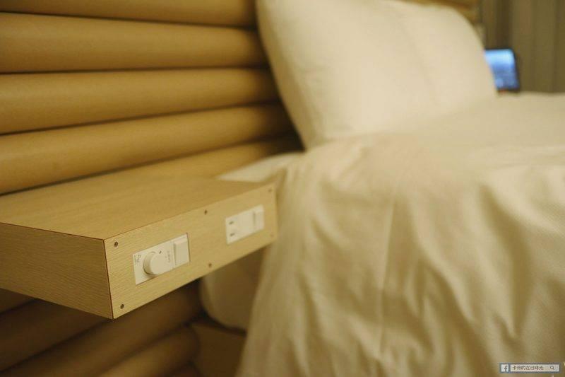 床頭有小小的置物空間,可以放手機,也有電源位,非常方便。