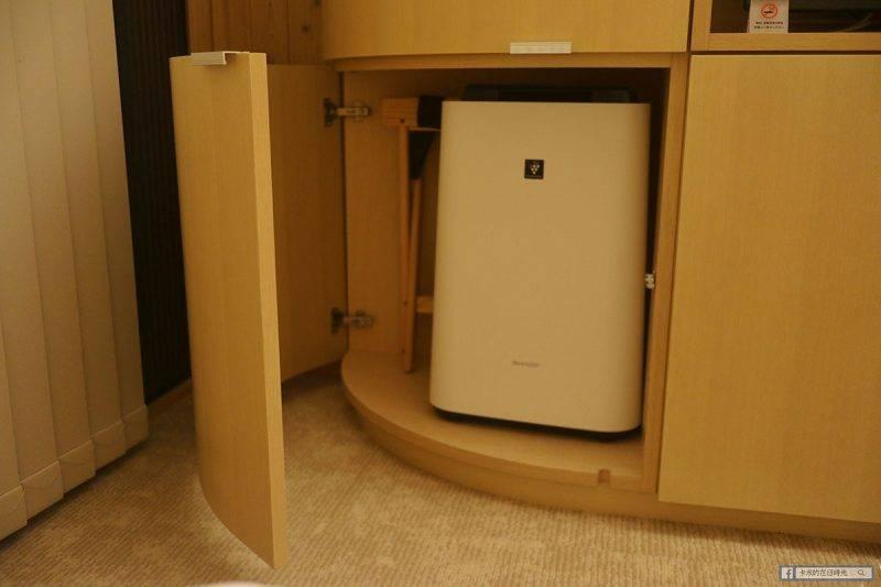 電視櫃拉開有冰箱和保險箱。