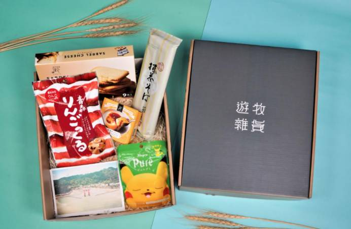 【香港酒店Staycation】入住送日本手信回憶盒子一盒,內有Kanro Pure比卡超造型軟糖、青森蘋果薯條、Pablo黃金奶酪布甸、Pablo Sabrel芝士夾心餅乾及兩人份的伊藤久右 門抹茶蕎麥麵 (價值HK0)