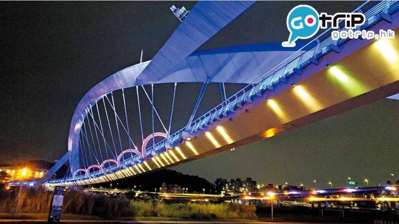 陽光橋入夜後換上新裝,光雕 投影出漂亮的夜景。