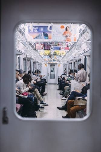 陌生人走來和你搭訕 (圖片來源:Unplash)