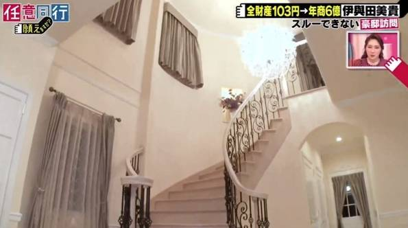 樓梯極具氣派,更有一盞巨型的Swarovski水晶燈。(電視截圖)