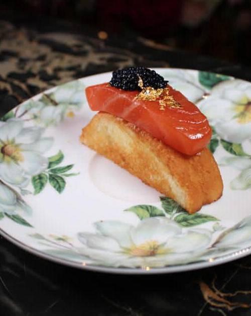 煙三文魚奶油麵包伴魚籽醬及金葉