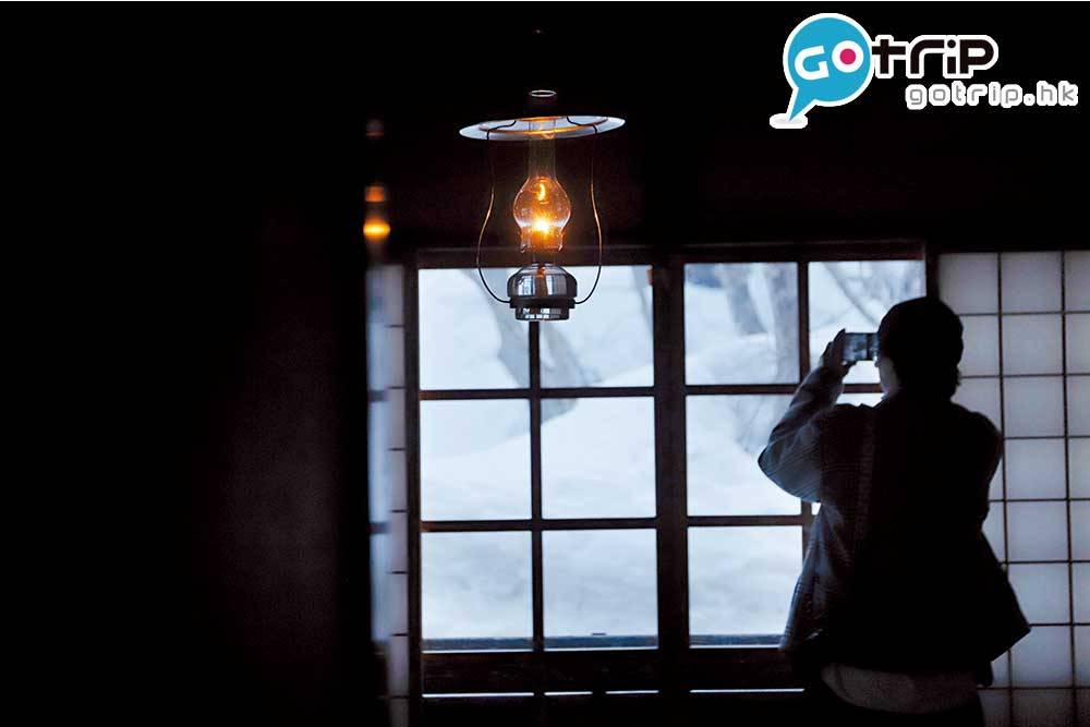 深山旅館,全榻榻米的和旅館老闆有收集油燈的室客房,只以油燈照明。癮,每天都要點亮百盞燈。