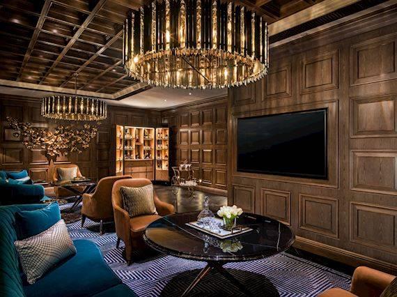 品酒閣 – 充著古典氣息,色彩豐富的布料搭配紋理獨特的木牆、金屬質感的燈具、舒適的絲絨沙發以及一系列時尚的配置,營造出舒適的用餐環境。可容納30至40位人 ,適合舉辦小型活動或聚餐。