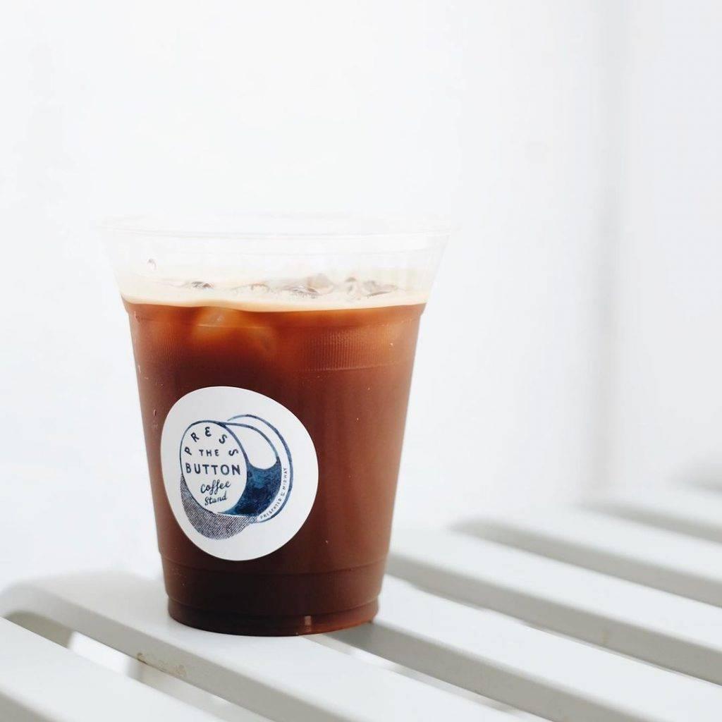 咖啡配上簡約的LOGO(圖片來源:Instagram @pressthebuttoncoffee)