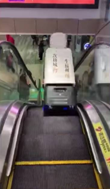 福州商場機械人跌落扶手電梯 兩路人躲避不及慘遭剷起