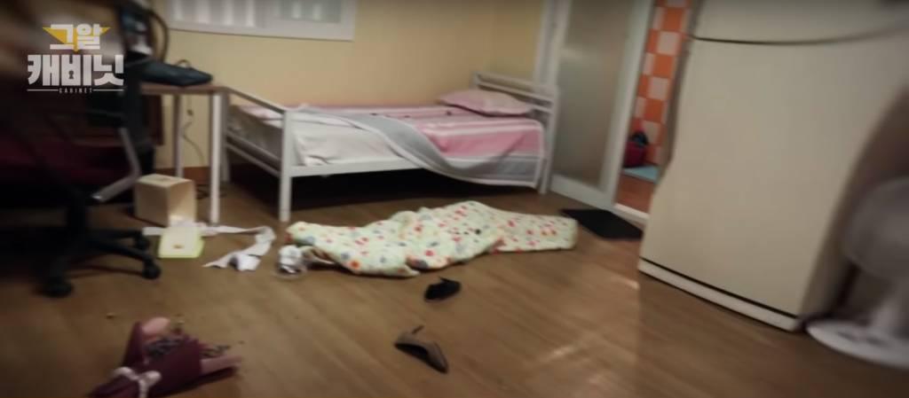 李允熙的房間十分凌亂,曾掛在牆上的花束亦掉在地上(圖片來源:Youtube@그것이 알고싶다 공식계정)