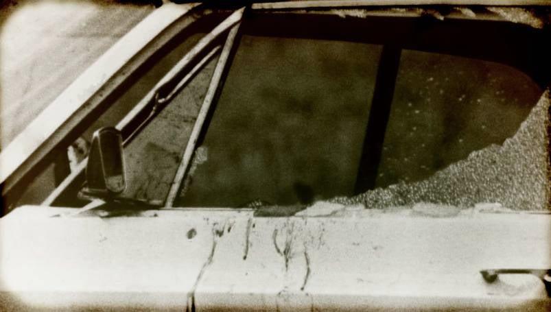 警方發現巴伯博奇托的座車車窗上有血跡,車窗是由裏向外遭到破壞。(圖片來源:Netflix《與狼為鄰》)