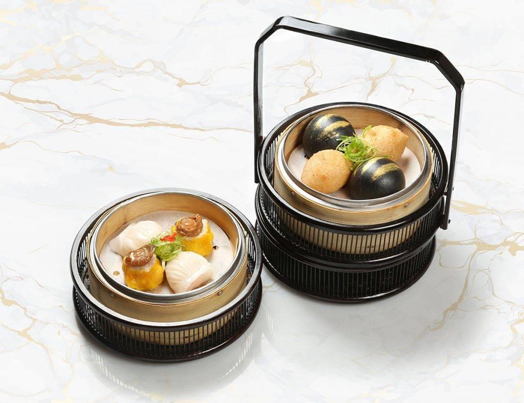 玉庭的粵式點心非常精緻:筍尖鮮蝦餃皇.鮑魚燒賣皇、金珠鹹水角及黑金奶皇包,全部真材實料。