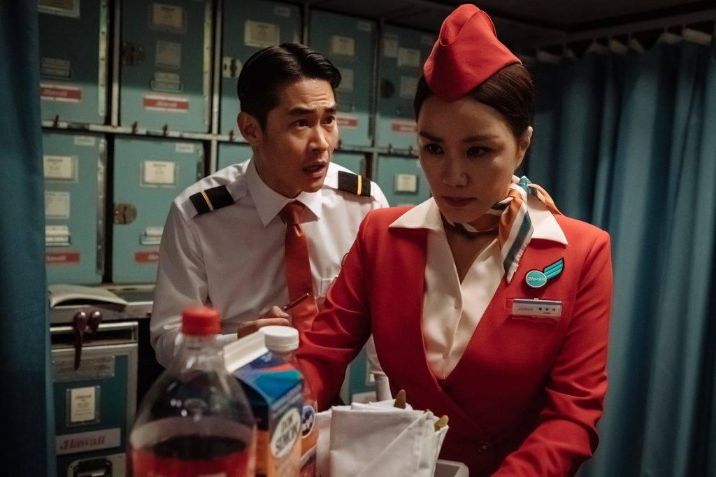 資深機長和空姐示意圖(圖片來源:《特務搞飛機》劇照)