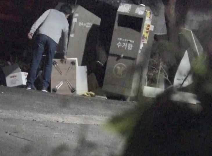 6月13日,李允熙父親於住所附近的垃圾堆中發現該小桌子。(圖片來源:《想知道真相》)