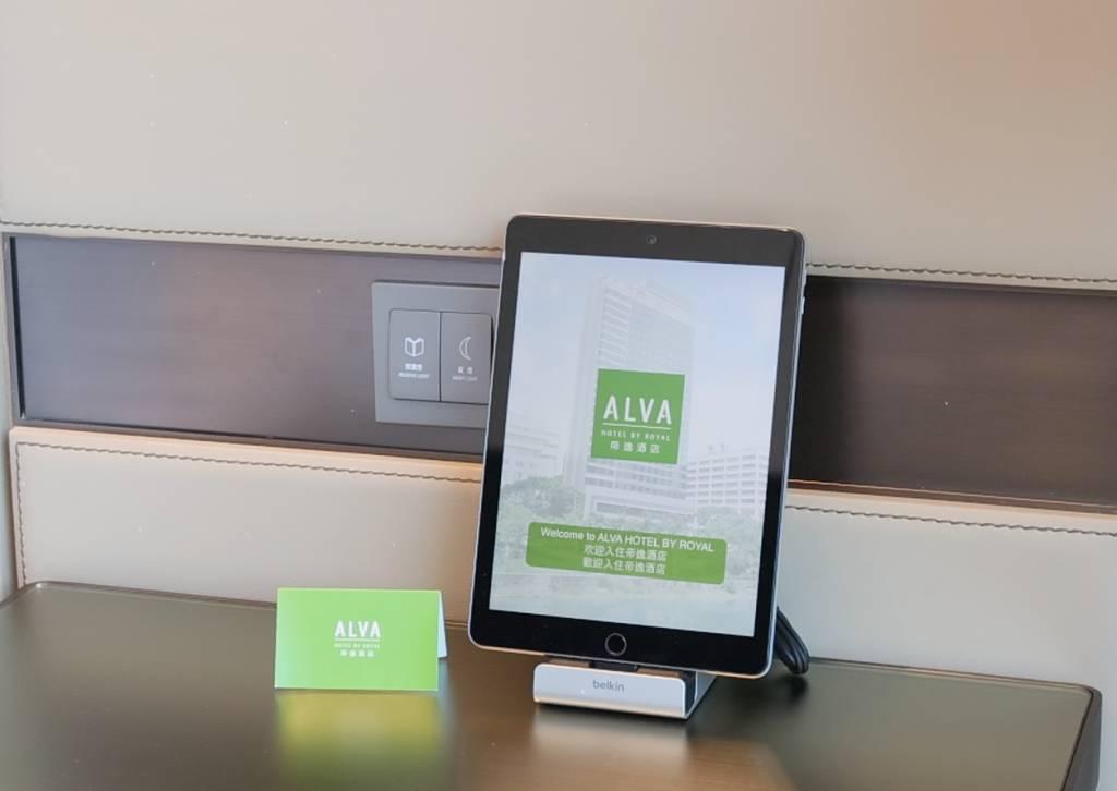 房間內設有智能調控系統,只須用平板電腦便可輕易控制房內設施,包括溫度、燈光和電視頻道等,十分方便。