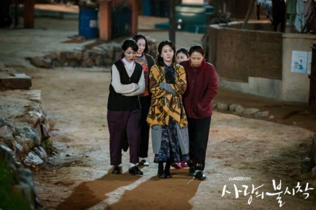 看韓劇被發現,有機會被罰(圖片來源:《愛的迫降》)
