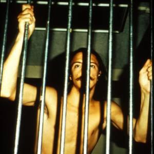 獄警更把囚犯的衣服脫掉,並開始以性方式侮辱囚犯(圖片來源:prisonexp.org)