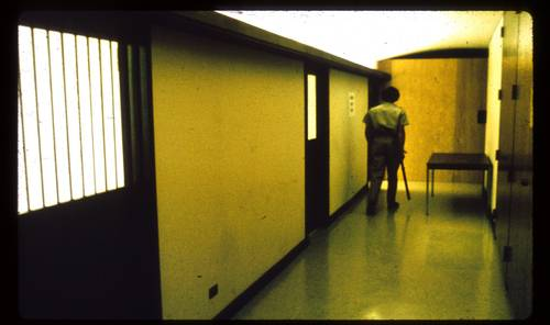 史丹佛大學心理學系大樓地下室建造了一座模擬監獄(圖片來源:prisonexp.org)