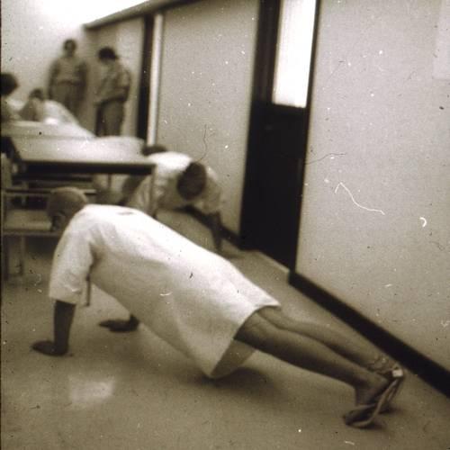 獄警命令囚犯做掌上壓(圖片來源:prisonexp.org)