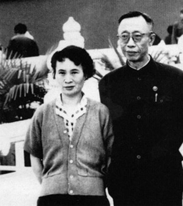 溥儀與第五任妻子李淑賢照片(圖片來源:百度圖片)