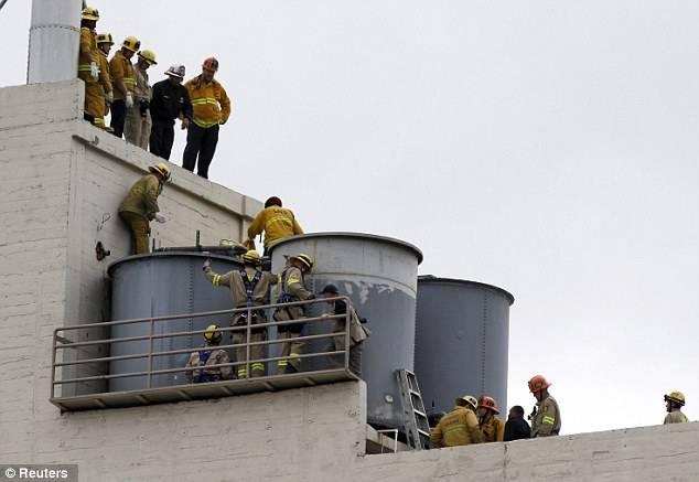 消防部門花了很大力氣,鋸開水箱後才成功將屍體撈上來(圖片來源:路透社)