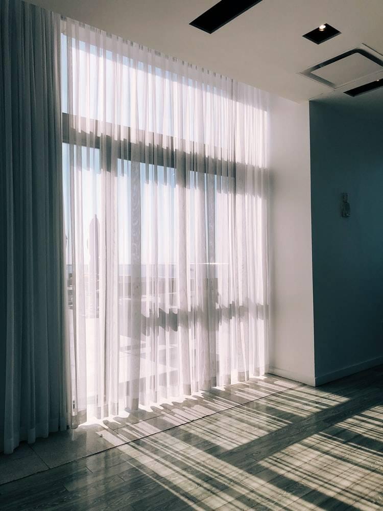 開一點窗簾,讓自然光透進來(圖片來源:Jon Tyson@Unsplash)