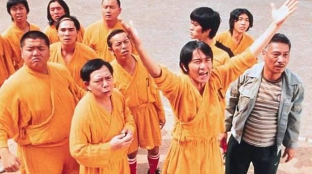 電影《少林足球》,擁有「大力金剛腳」、「無敵鐵頭功」、「輕功水上漂」等超級球員的少林隊。(《少林足球》劇照)
