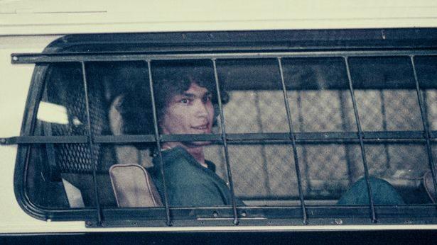 拉米雷斯被警方帶回警局(圖片來源:Netflix)
