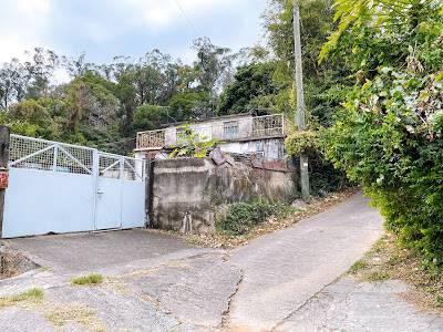 直至見到這間小屋,往右邊石屎路上去。