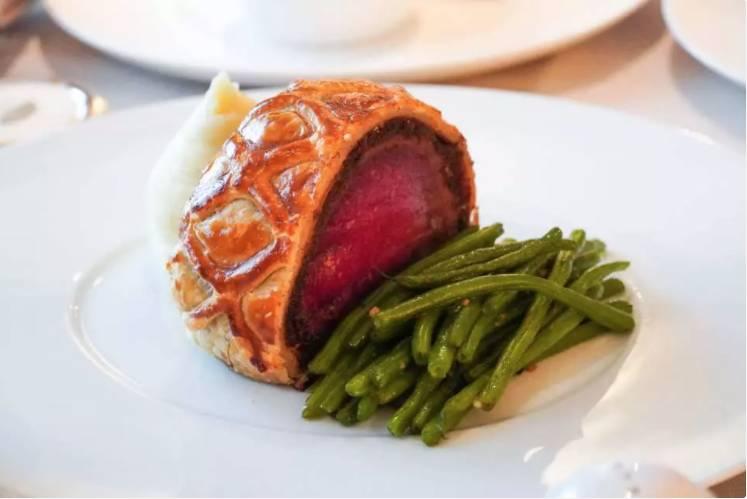 文華扒房出品星級威靈頓牛柳三道菜晚餐,包括自家煙燻蘇格蘭三文魚、威靈頓牛柳及甜品雲呢拿千層酥