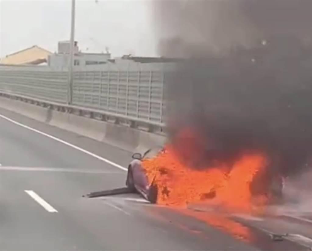 車輛遭水泥車追撞,導致起火(圖片來源:中時新聞網)