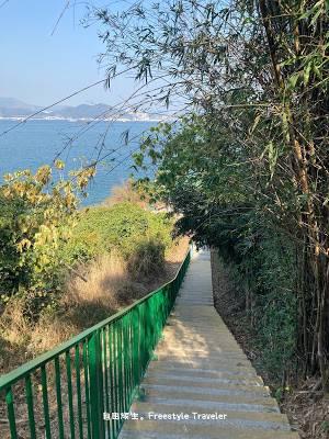 然後會看到向下走的樓梯,一直往下走距離釣魚公觀景亭不遠了