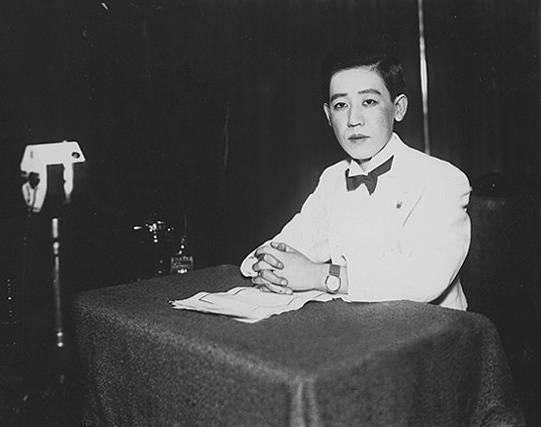 1933年在錄音室的川島芳子(圖片來源:維基百科)