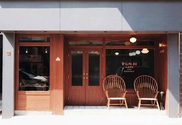 深褐色木色的店面,再放了兩張木椅在門外,單是門口已很賞心悅目。(圖片來源:楓子珈琲)