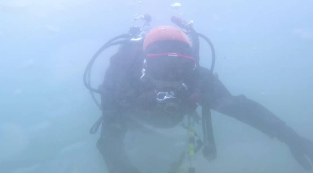 在考取資格後,每周到40米深的水底潛水一次,尋找妻子的下落。(圖片來源:《帰りたい》)